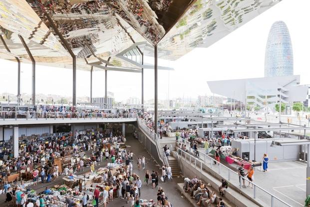 Mercado Encantes de Barcelona con Torre Agbar al Fondo diariodesign