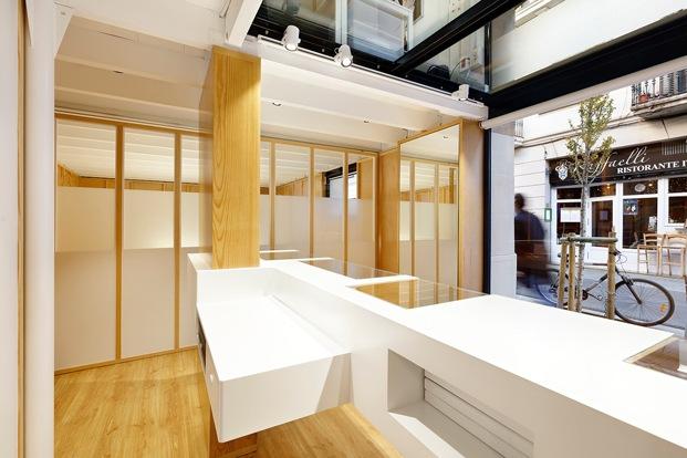columnas de madera y división con paneles de vidrio en joyería