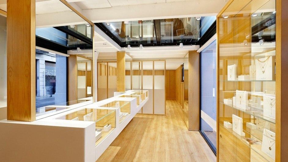 showroom en madera para las joyas de María Pascual