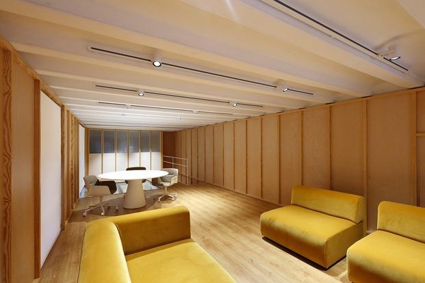sala con mesa redonda sillas y sillones terciopelo ocre