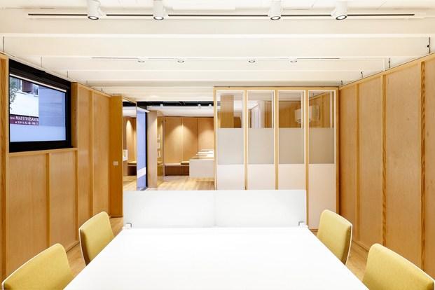 sala de reuniones paneles de madera mesa blanca y sillas amarillas