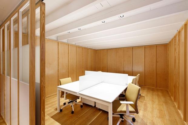 sala de reuniones con mesas de oficina blancas y sillas color ocre