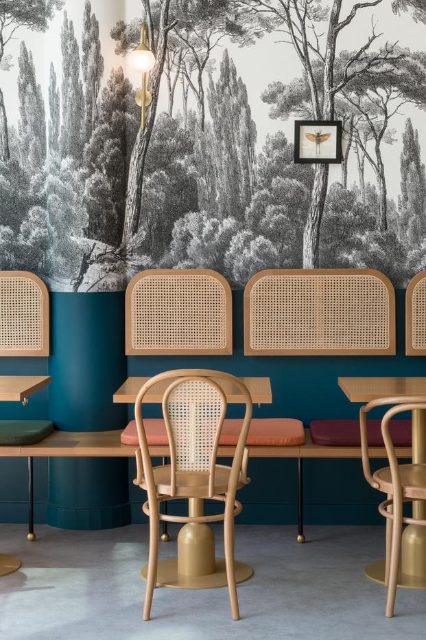 Bistró sillas de madera retro pared papel pintado bosque respaldos de caña Brasserie Camille diariodesign