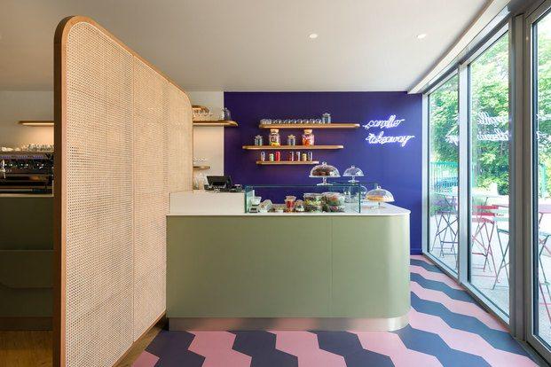 Restaurante años cincuenta pared azul suelo zig zag biombo de caña Brasserie Camille diariodesign