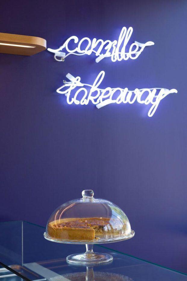 Luces de neón sobre pared azul klein pastel Brasserie Camille diariodesign