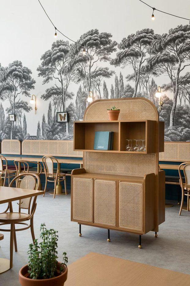 Mueble bar de caña estilo retro años 50 art decó papel de pared blanco y negro bosque árboles Brasserie Camille diariodesign