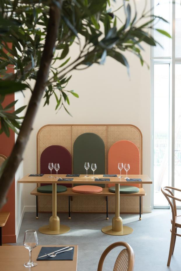 Restaurante art decó tipo retro vintage banco de caña cereza coral verde Brasserie Camille diariodesign