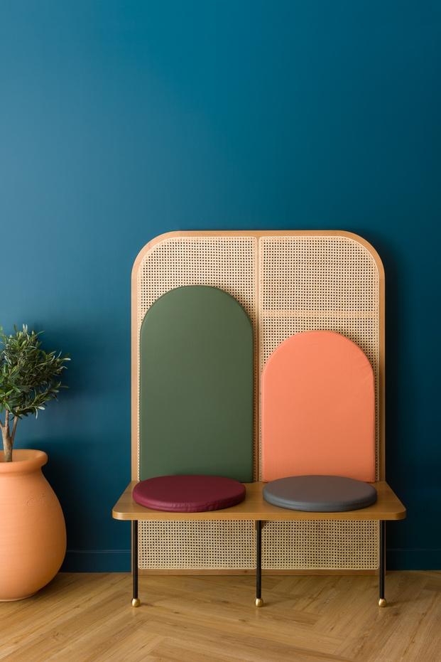 Pared azul asiento art decó retro respaldo alto de caña Brasserie Camille diariodesign