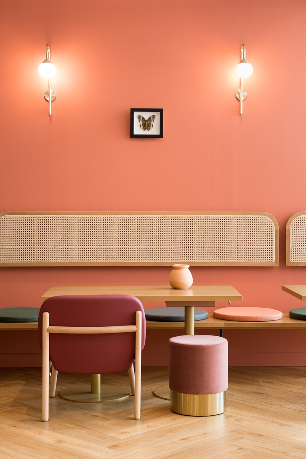 Restaurante con pared rosa silla color cereza respaldo de caña Braserie Camille diariodesign