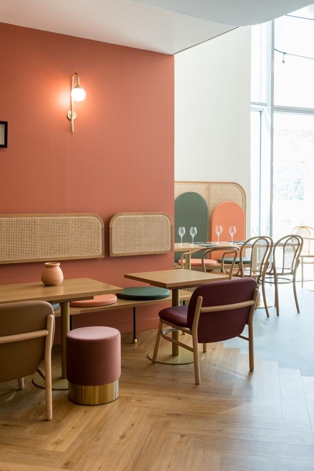 Restaurante retro pared coral sillas color cereza detalles dorados art ecó Brasserie Camille diariodesign