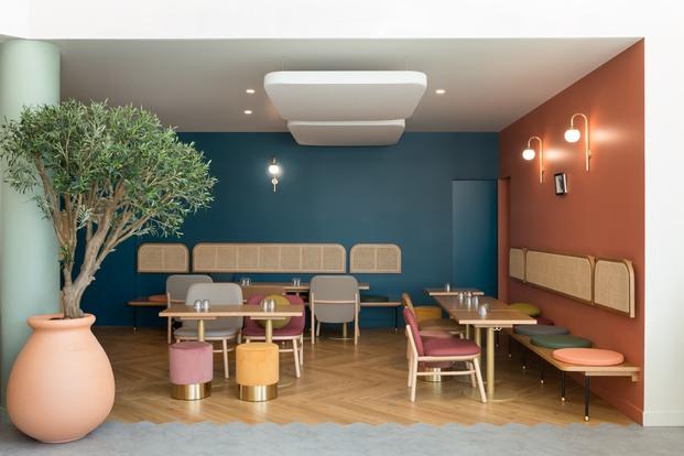 Restaurante con paredes de color azul y rosa estilo art decó Brasserie Camille diariodesign