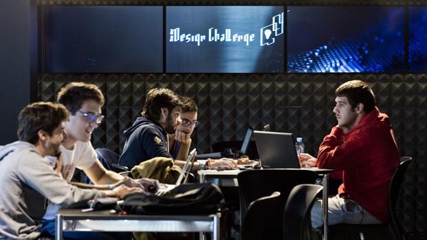 Estudiantes participando en el concurso Roca One Day Design Challenge diariodesign