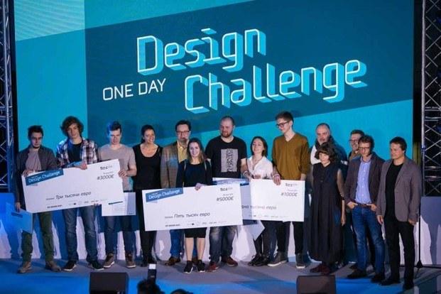 Estudiantes recogiendo cheque premio en el Roca One Day Design Challenge diariodesign