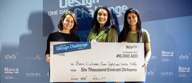 Estudiantes ganadores cheque concurso en el Roca One Day Design Challenge diariodesign