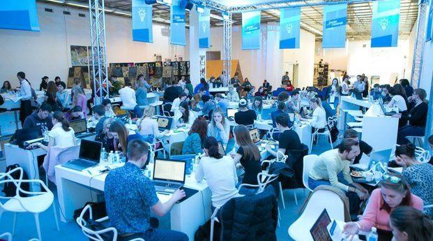 Estudiantes participando en el Roca One Day Design Challenge diariodesign