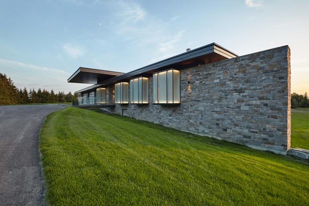 casa canadá muro de piedras ventanas