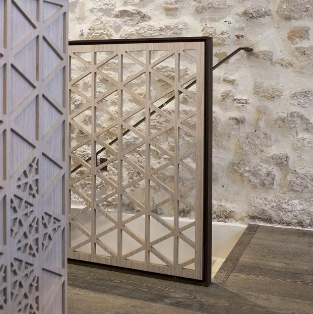 tallado en madera barandilla restaurante en París yoshinori diariodesign