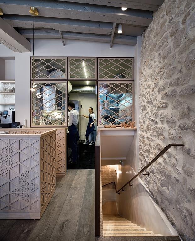 cocina semiabierta y escalera restaurante en París yoshinori diariodesign
