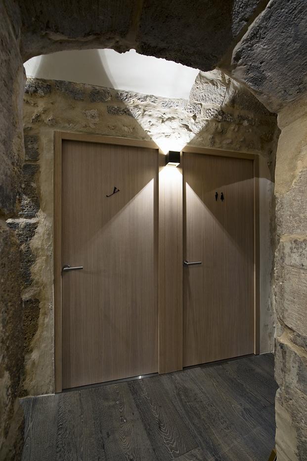 puerta baños restaurante en París yoshinori diariodesign