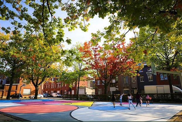 campos deportivos colores niños jugando entre árboles