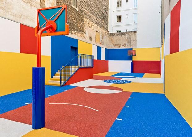 cancha de baloncesto en pigalle color rojo amarillo azul