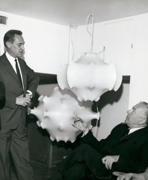 Los hermanos Castiglioni muestran lámpara a Marcel Breuer arquitectura y diseño