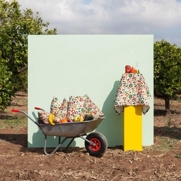 carretilla de obra con cojines de colores Javier Mariscal diariodesign