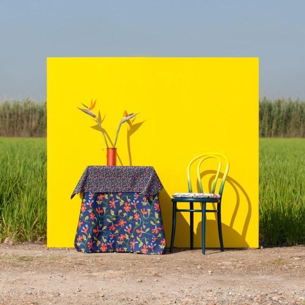 silla Thonet pintada de amarillo mesa mantel javier mariscal