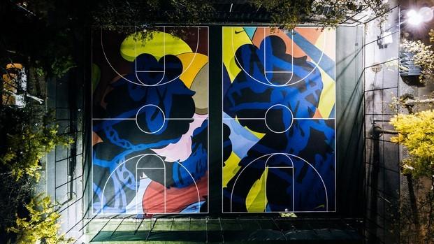 kaws grafiti en un campo deportivo