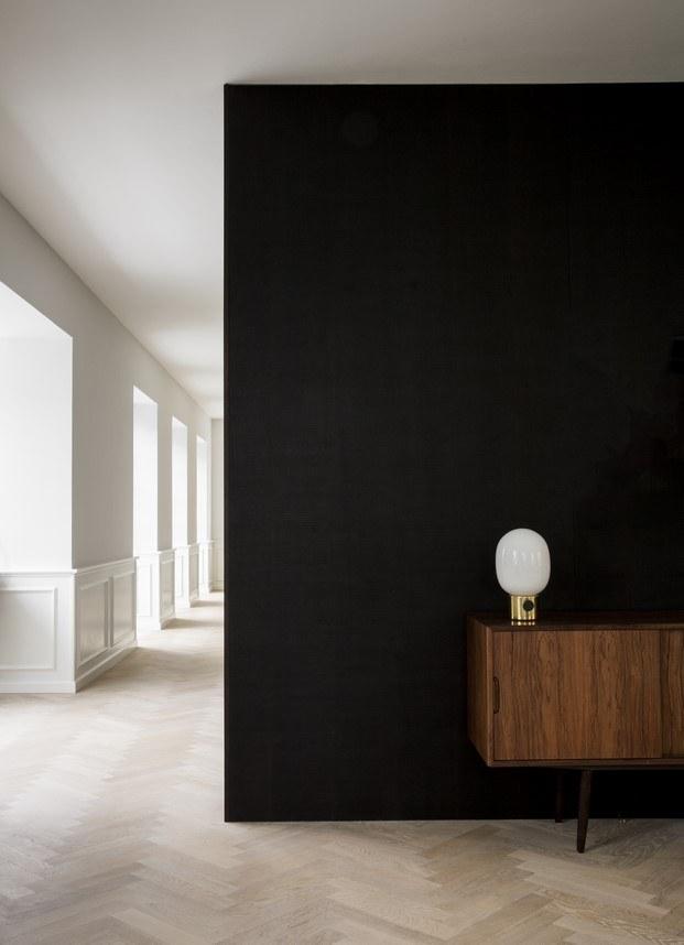 muebles de teca en la casa de norm architects poul henningsen diariodesign