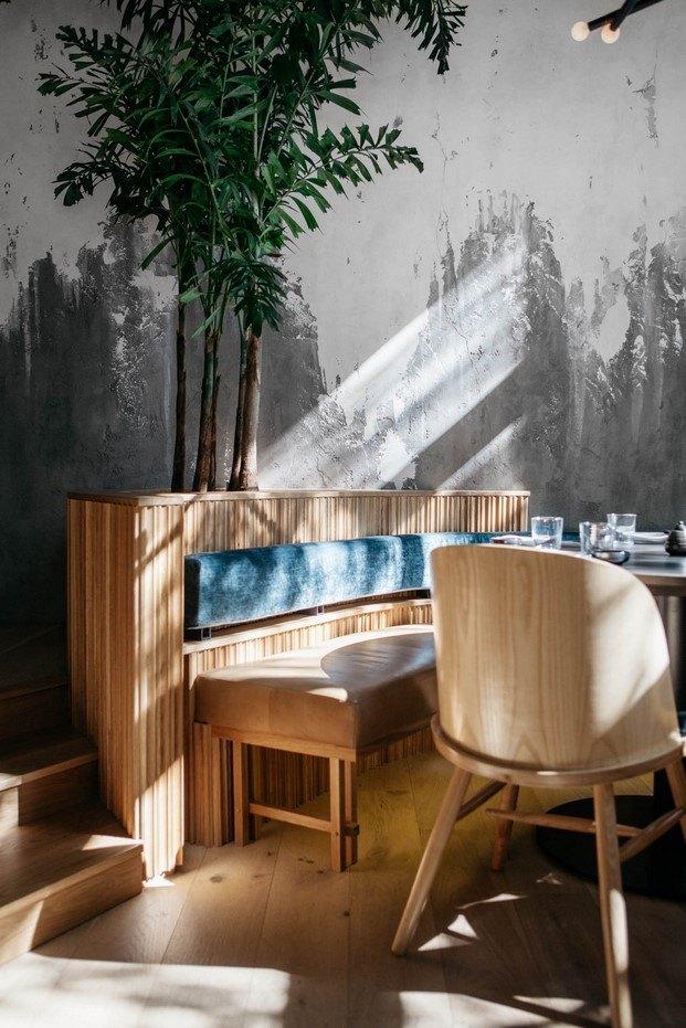 rincón mesa de madera y pared de cemento en restaurante ryu westmount