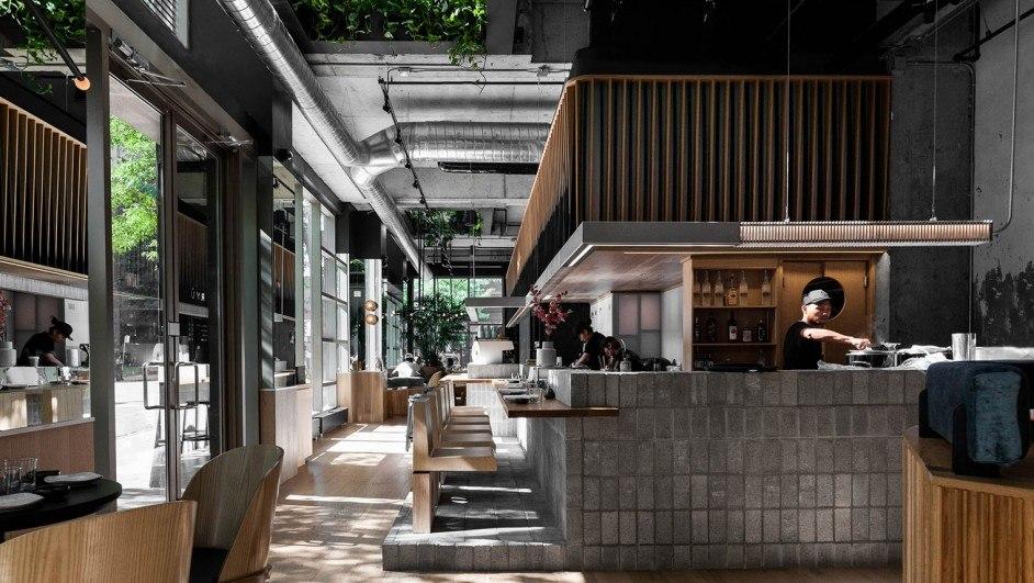 RYU restaurante japonés cemento y madera en la barra