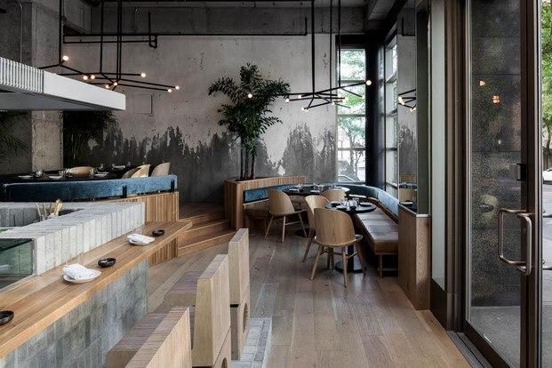 materiales naturales en restaurante de sushi sillas de madera paredes vistas de cemento