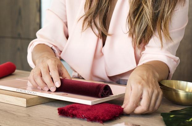 manos moodboard inspiracion cerámica rosa terciopelo granate