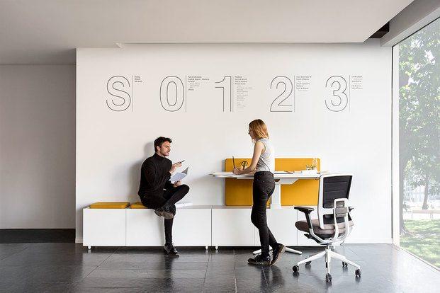 Oficina con pared blanca y silla de ruedas ACTIU diariodesign