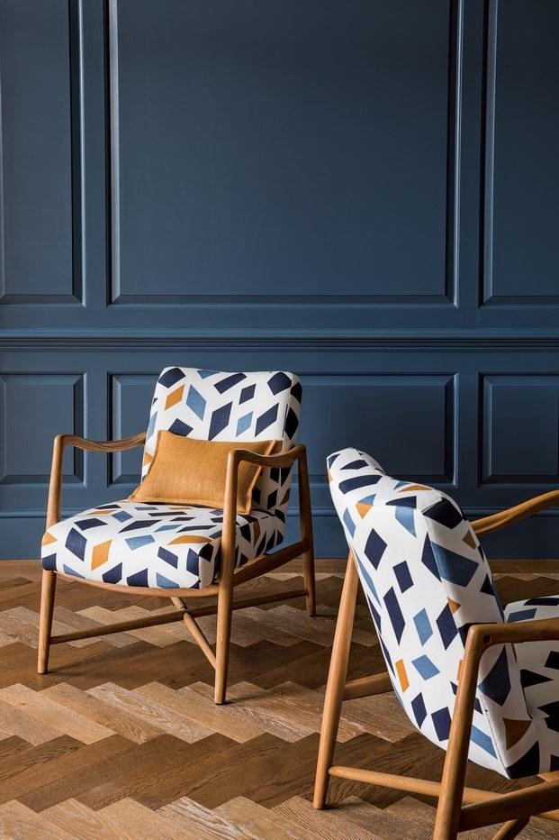 orchestra diseño de anni albers christopher farr sobre silla azul diariodesign