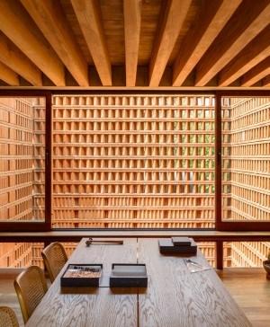 estudio graciela iturbide barro mesa sillas madera diariodesign