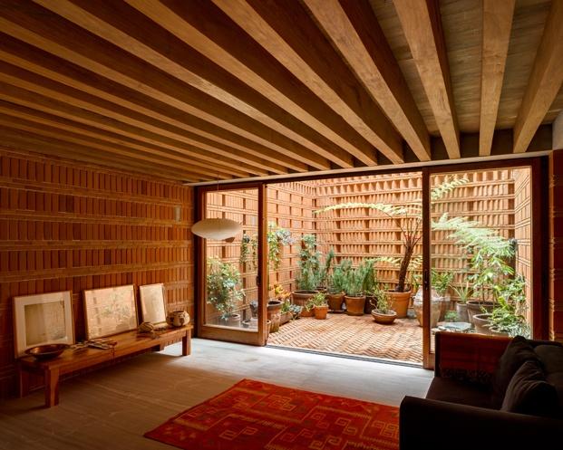 estudio graciela iturbide vigas de madera patio