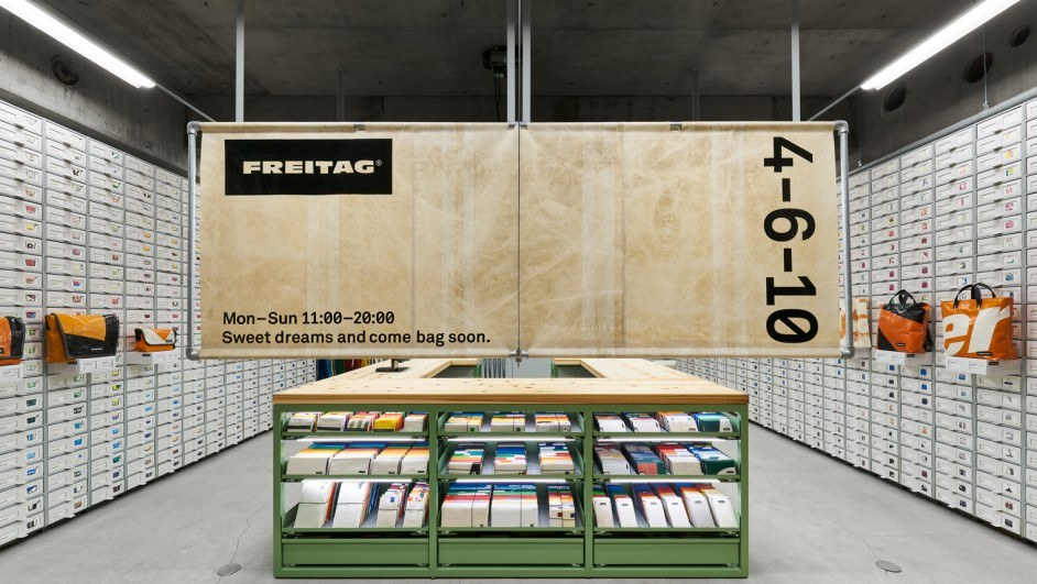 mostrador de acero y frente madera freitag osaka torafu architects