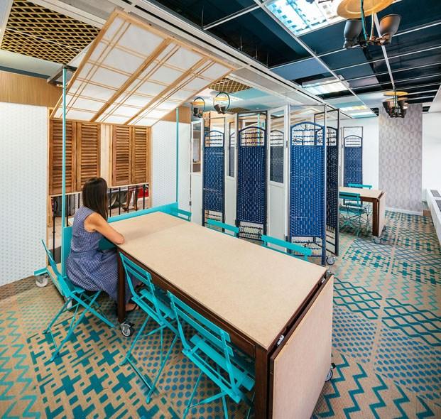mesa de trabajo madera ventanas azul