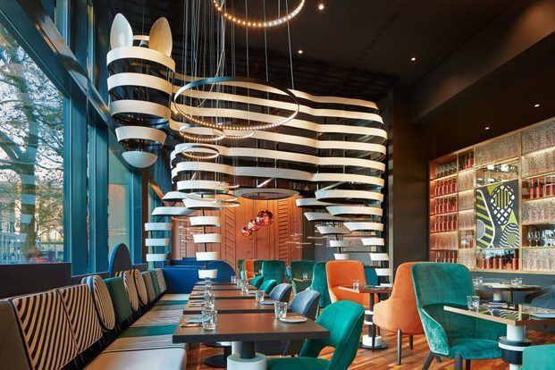 Restaurante de diseño con gran caballo en el interior diariodesign