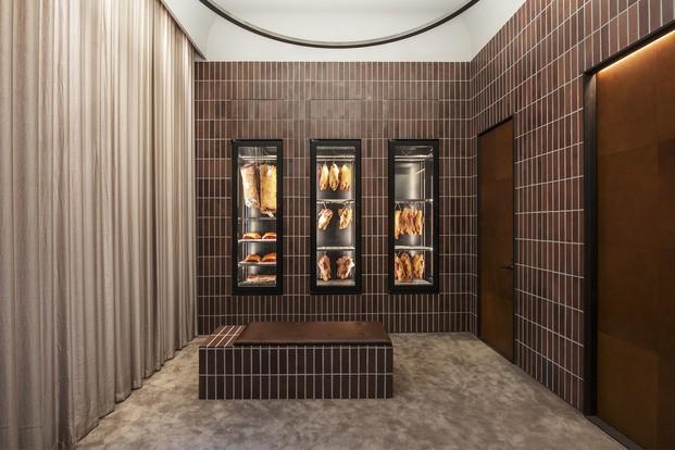 Nevera frigorífico con carne y paredes de ladrillo marrón oscuro Frantzen Estocolmo diariodesign