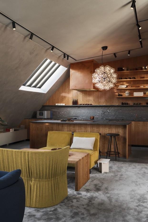Barra de bar de piedra negra combianda con madera Frantzen Estocolmo diariodesign