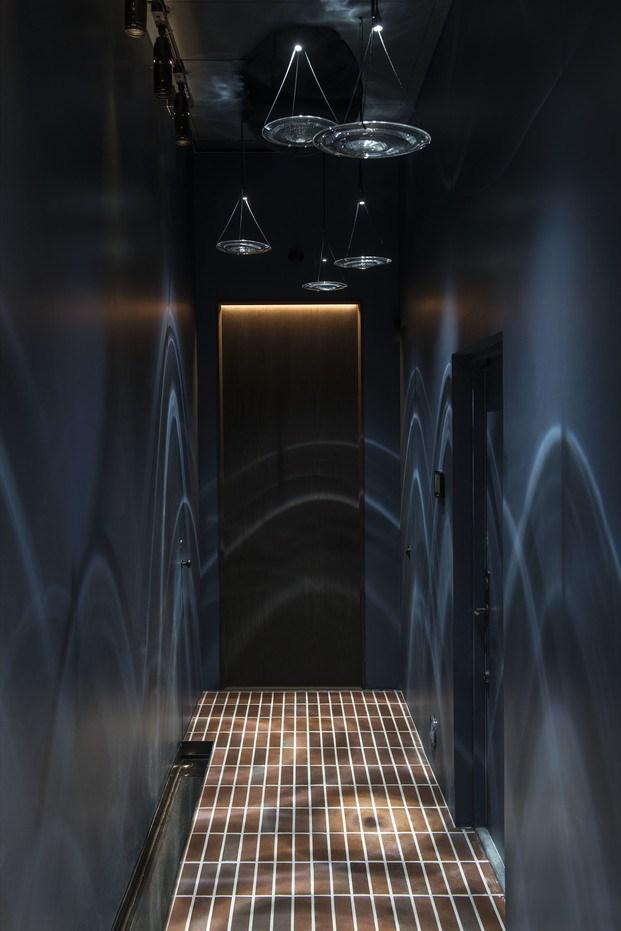 Passillo oscuro con iluminación medusas Frantzen Estocolmo diariodesign