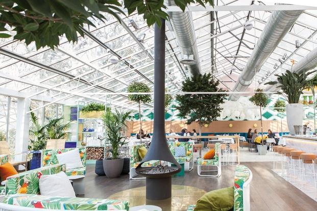 Restaurante invernadero chimenea y plantas diariodesign