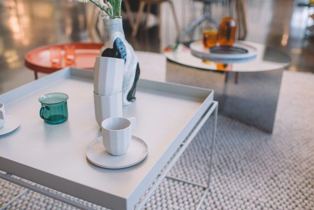 tazas de porcelana gris sobre mesa de centro cuadrada estilo danés diariodesign