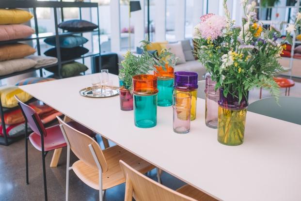 jarrones de flores de cristal colores variados diseño escandinavo diariodesign