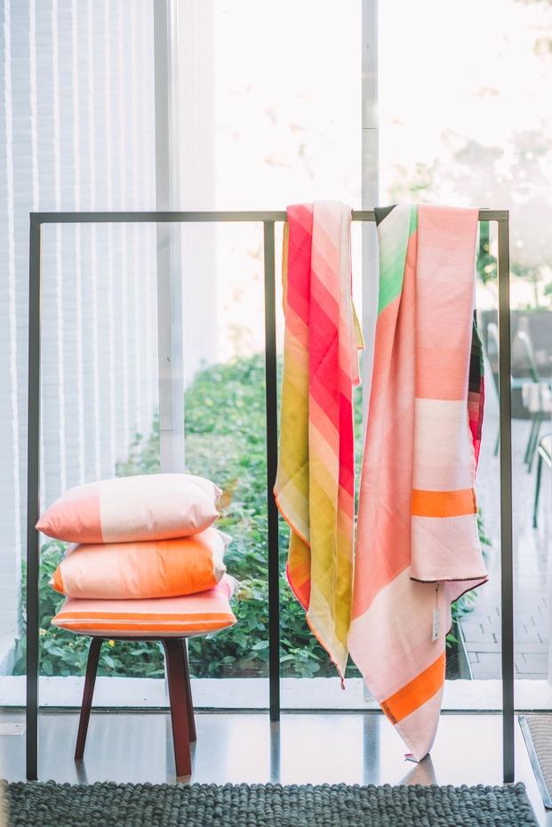 Cojines y mantas naranjas textil diseño danés HAY diariodesign