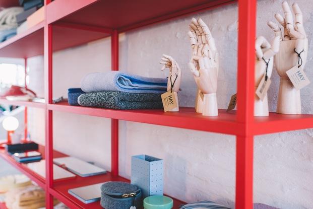 Mueble rojo con decoración manos de madera HAY diariodesign