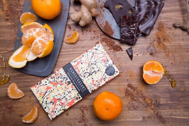 Tableta de chocolate sobre madera con naranja y jengibre moodboard bodegón diariodesign